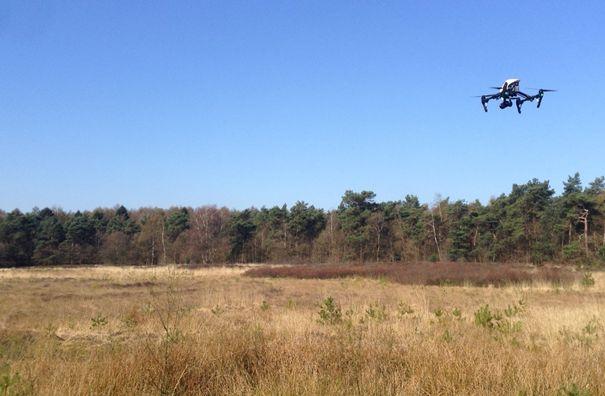 De luchtbeelden zijn met een drone volgens de geldende wet- en regelgeving ingewonnen.
