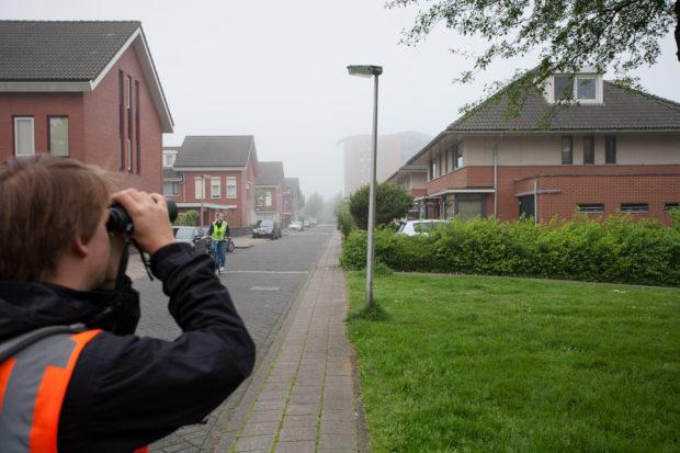 Vogelspecialist Thijs Fijen inventariseert huismussen in de gemeente Purmerend.