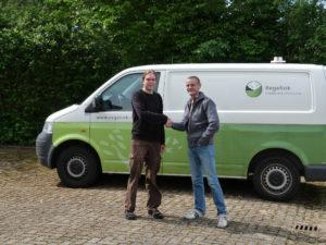 Johannes Regelink droeg op Vincent Nederpel' werkdag een bedrijfsbus aan het over.