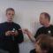 Vleermuisexpert Peter Twisk geeft het Flexteam uitleg over de werking van een batdetector.